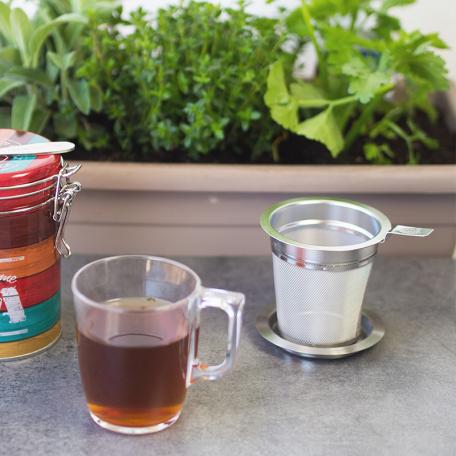 Filtre à thé au maillage fin et sa soucoupe