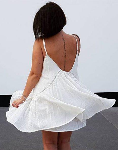 femme de dos dans robe blanche