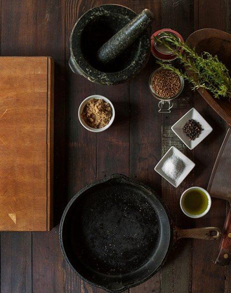 table de cuisine avec ustensiles et épices