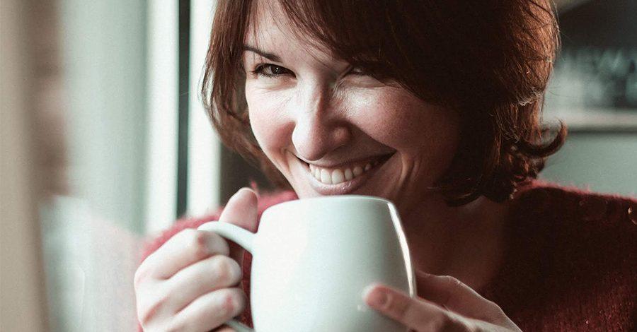 Cécile boit tasse de thé Colors of Tea