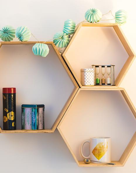 cadre en bois avec tasse cuillère à thé boites et sablier colors of tea
