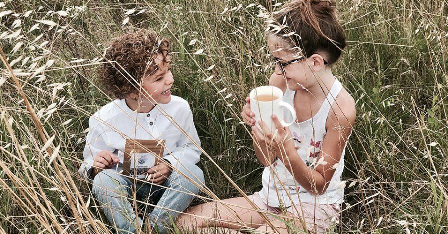 enfants boivent tasse tisane champs