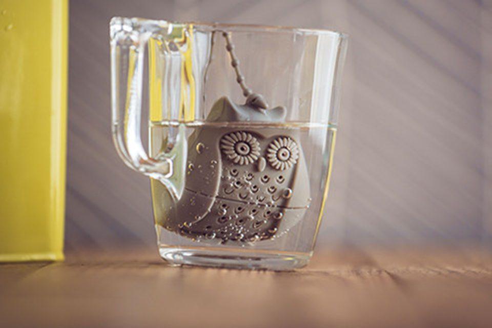 boule à thé chouette dans tasse d'eau