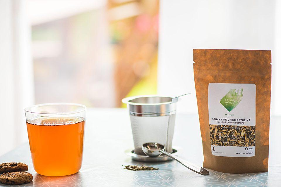 filtre à thé en inox, tasse sachet et cookies