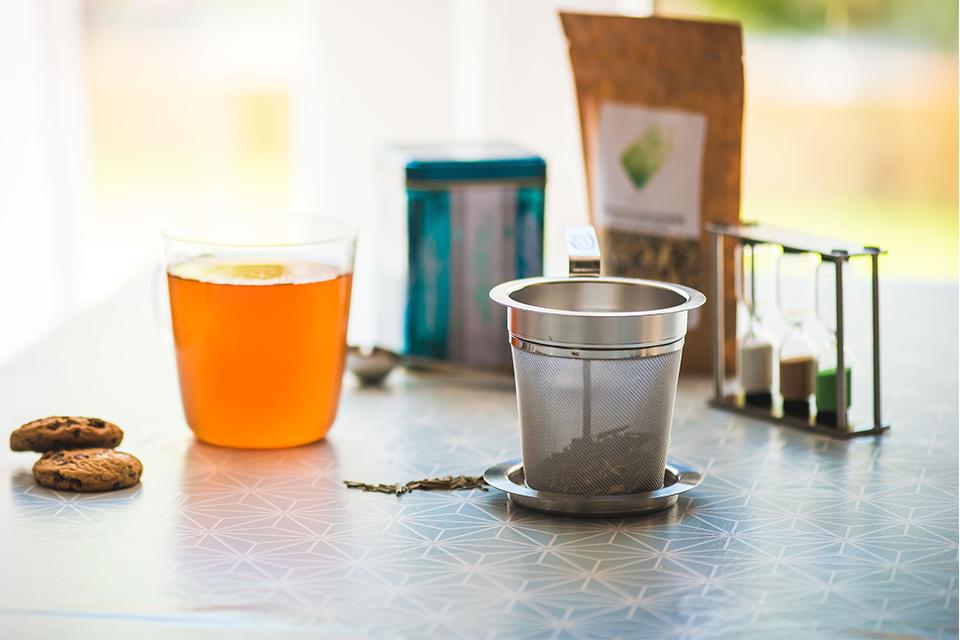 filtre à thé avec support, tasse sablier sachet et boite à thé cookies