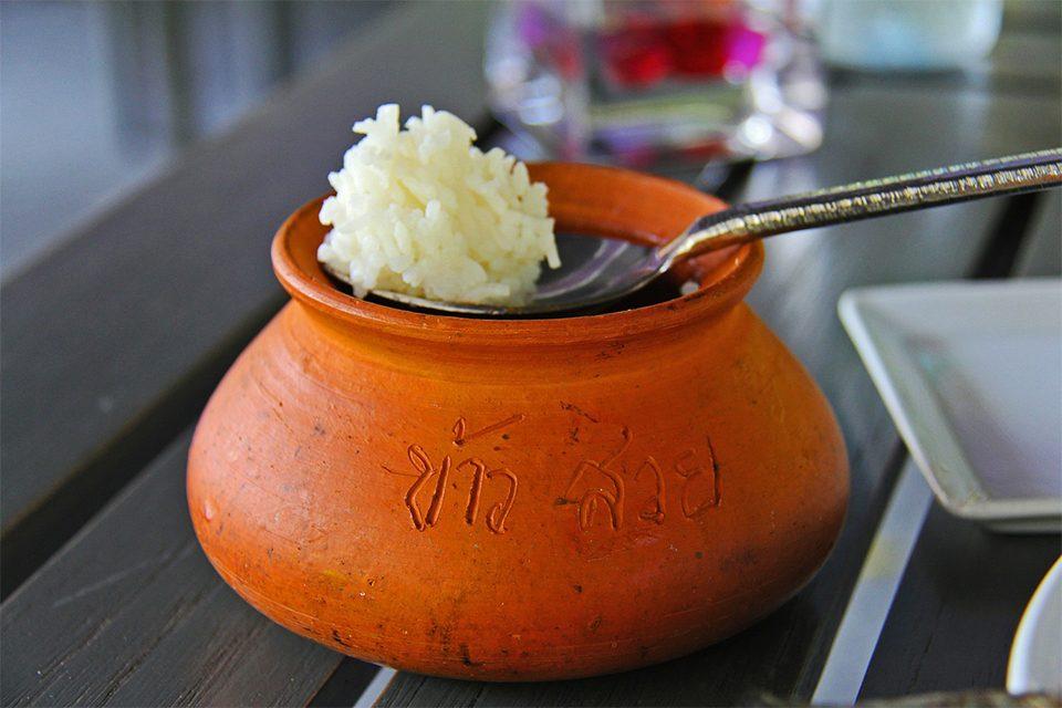 bol de riz thaï avec cuillère