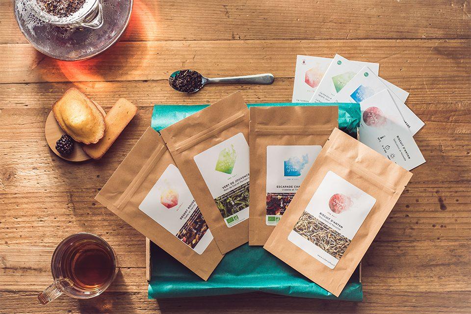 sachets colors of tea avec tasse petits gateaux cuillère et théière