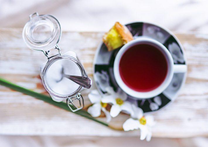 tasse de thé et bocal de sucre vue du dessus