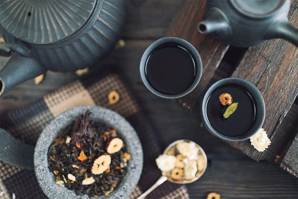 tasses de thé et café sur table avec théières