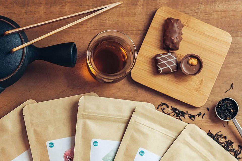 théière, tasse de thé, chocolats cuillère et sachet de thé