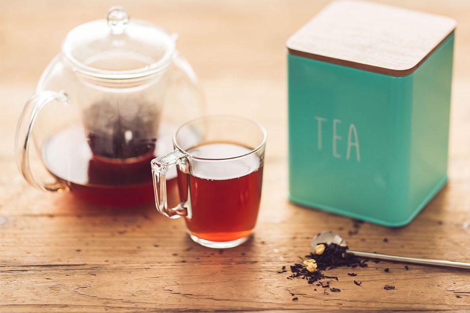 théière tasse et boîte à thé et cuillère colors of tea