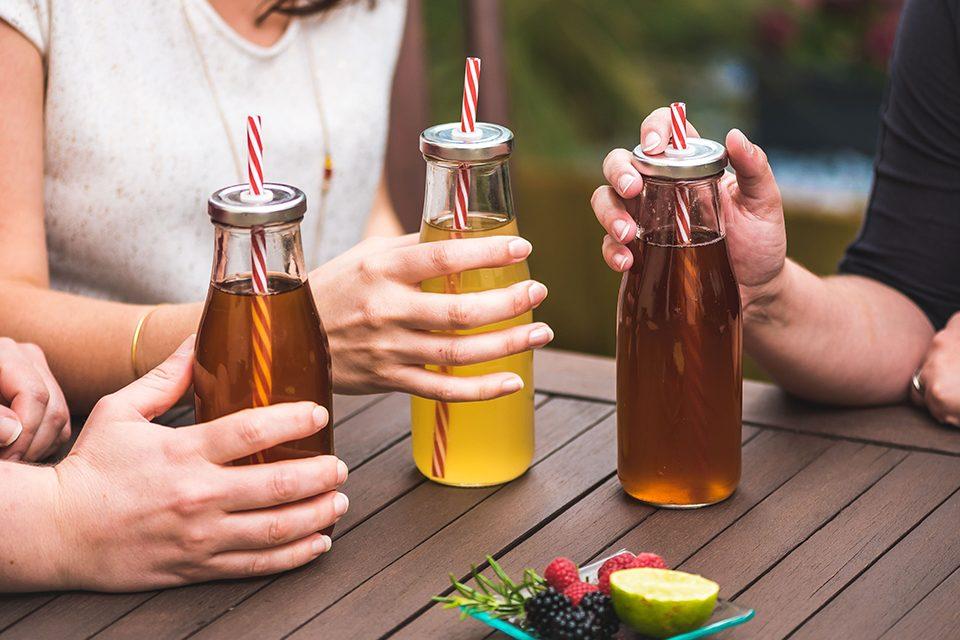 3 bouteilles de thé glacé avec paille rouge et blanche