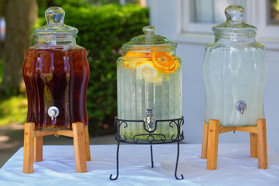 3 jarres thé glacé sur des présentoirs