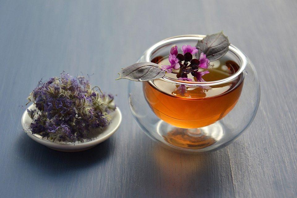 tasse de thé avec fleurs dans soucoupe
