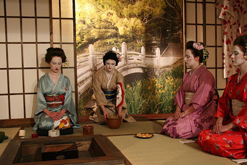 cérémonie du thé japonaise 4 femmes agenouillées tenues traditionnelles colors of tea