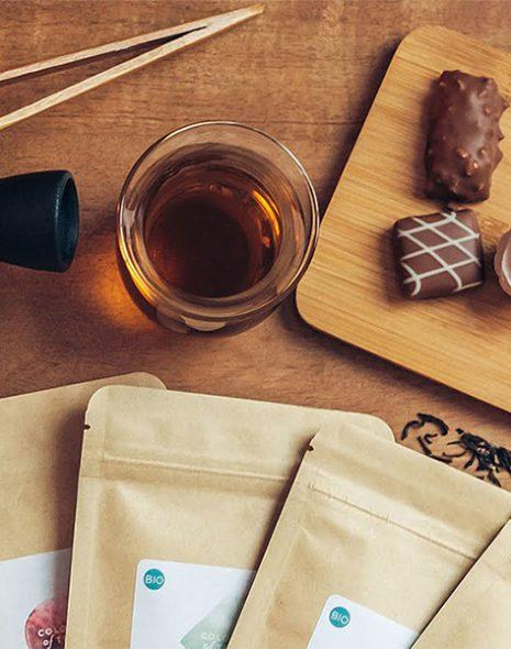théière, tasse de thé, chocolats cuillère et sachet de thé bandeau