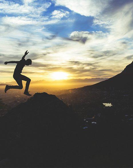 sportif saute dans la nature couv