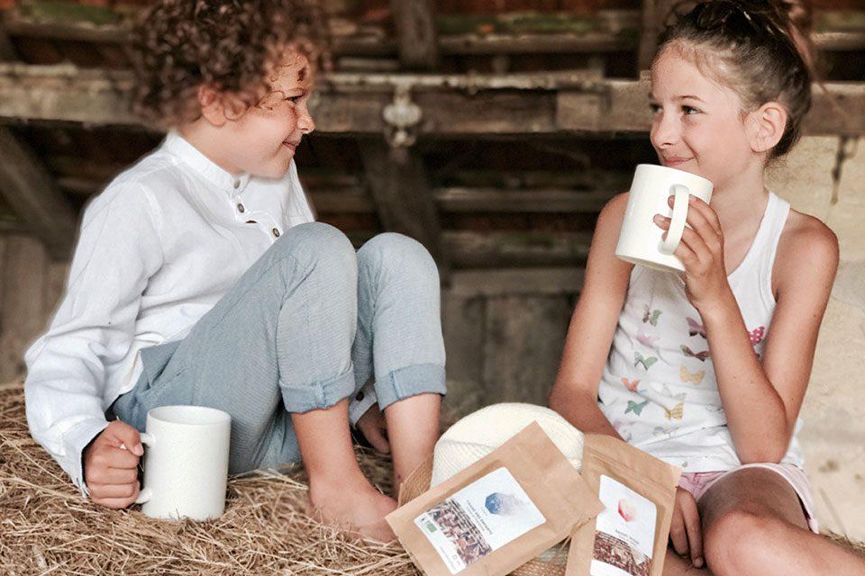 2 enfants sourient en buvant tisane colors of tea