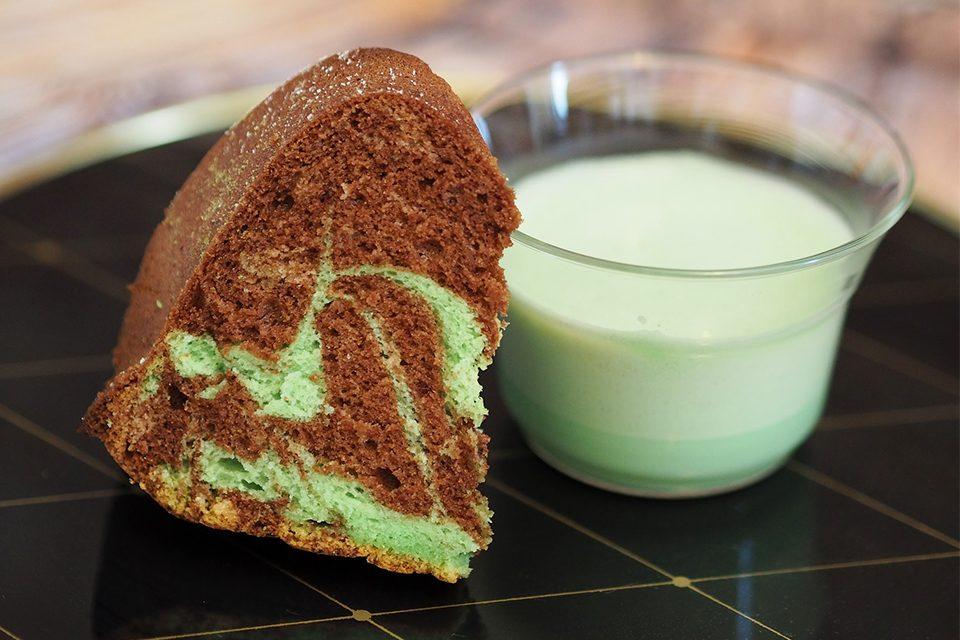 gâteau chocolat matcha et verre de lait matcha