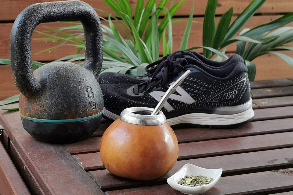 calebasse de maté, poids et baskets de course les bienfaits du maté pour le corps