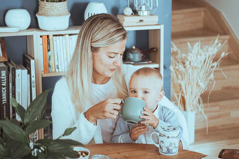 enfant qui boit une tasse de rooibos thé rouge sans théine colors of tea