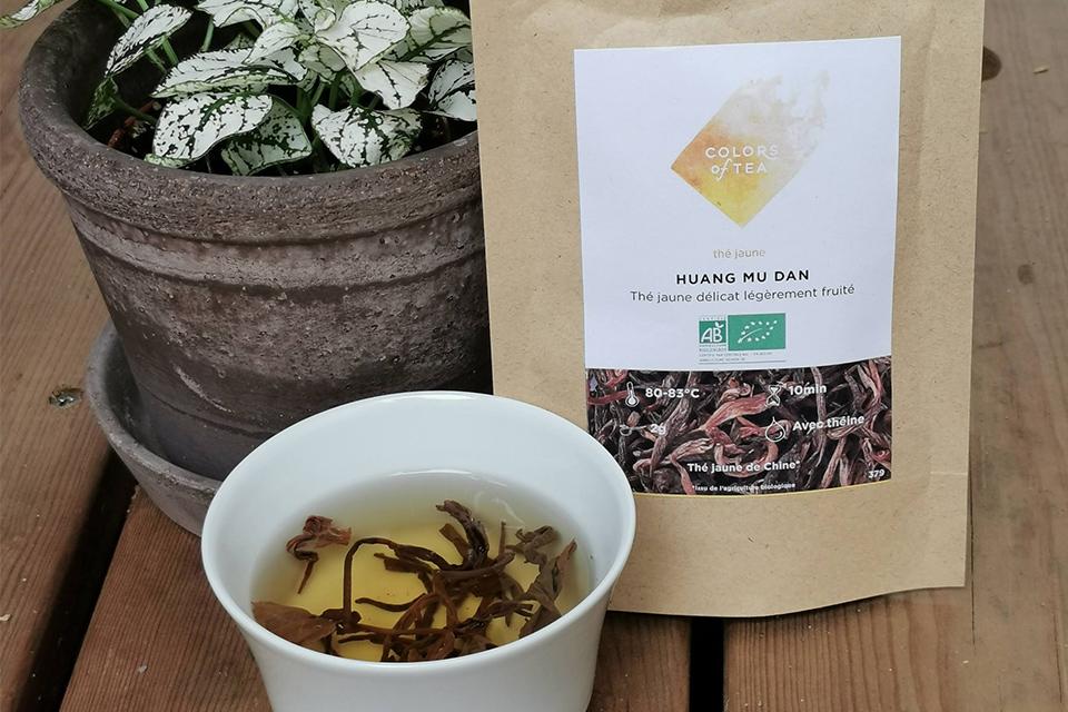 sachet huang mu dan thé jaune colors of tea avec bol de thé jaune et plante verte