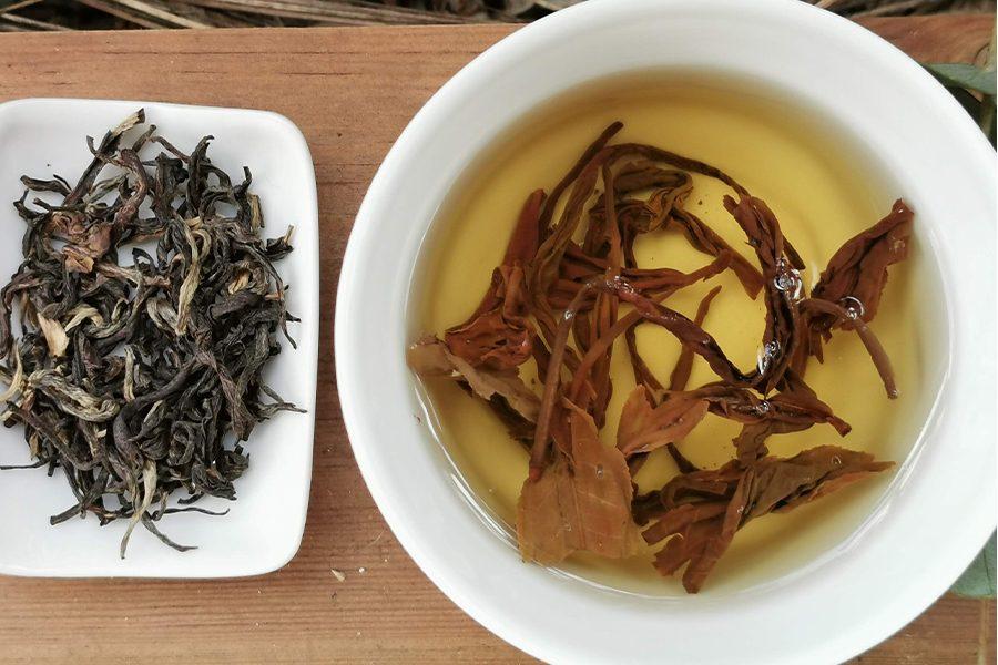 thé jaune en feuille et thé jaune dans une coupelle colors of tea bandeau