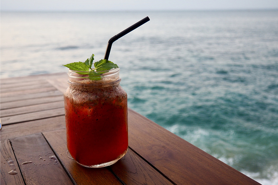 thé cocktail glacé en bord de mer