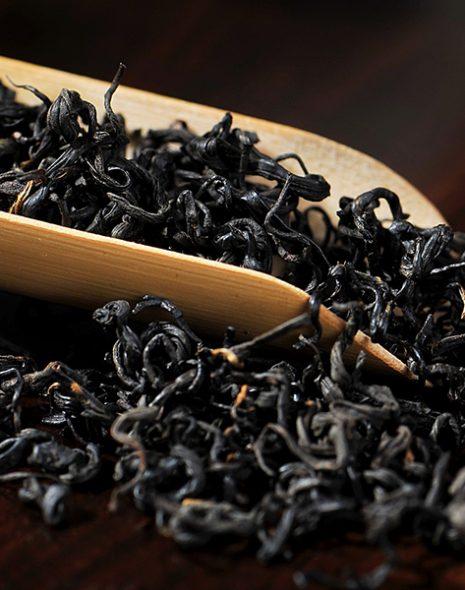 thé noir oxydé dans cuillère en bois colors of tea